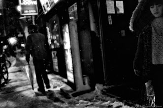Photo: 雪の中の別れ Farewell in the Snow  Tokyo Street Shooting  Location; #Shinjuku , #Tokyo , #Japan   #photo #photography #streetphotography #streettogs  #leica #leicaimages #leicammonochrom #leicamonochrom #leicamonochrome