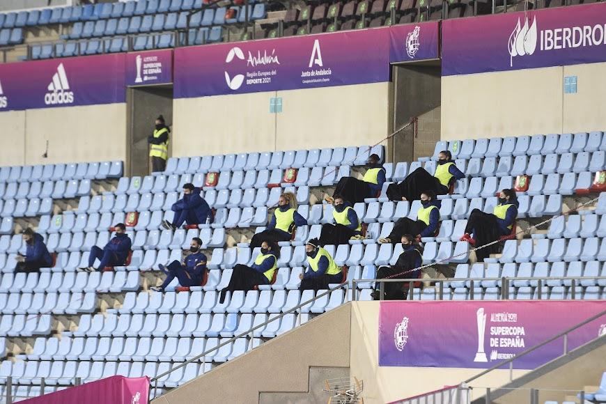 Suplentes del FC Barcelona en tribuna.