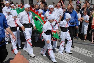 Photo: L'autre protagoniste du combat : le Dragon, porté par les Hommes Blancs .