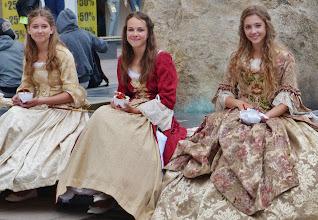 Photo: Junge Damen zu Füßen ihres Verehrten.