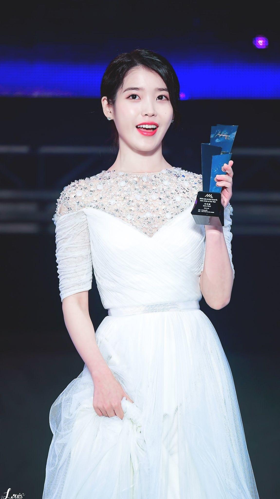 iuwhitegowns_2018 asia artist awards b