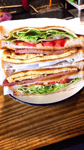 招牌媽媽味超級好吃 店家特調的招牌醬酸酸甜甜 很開胃 而且三明治份量超多 很有飽足感