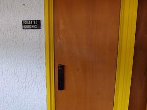 La Tourette - proste wejście do pomieszczenia toaletowego