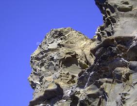 Photo: La Luna calante sulle rocce, (decorate dall'erosione alveolare), di Punta Pacchiano, scogliera a Sud di Livorno