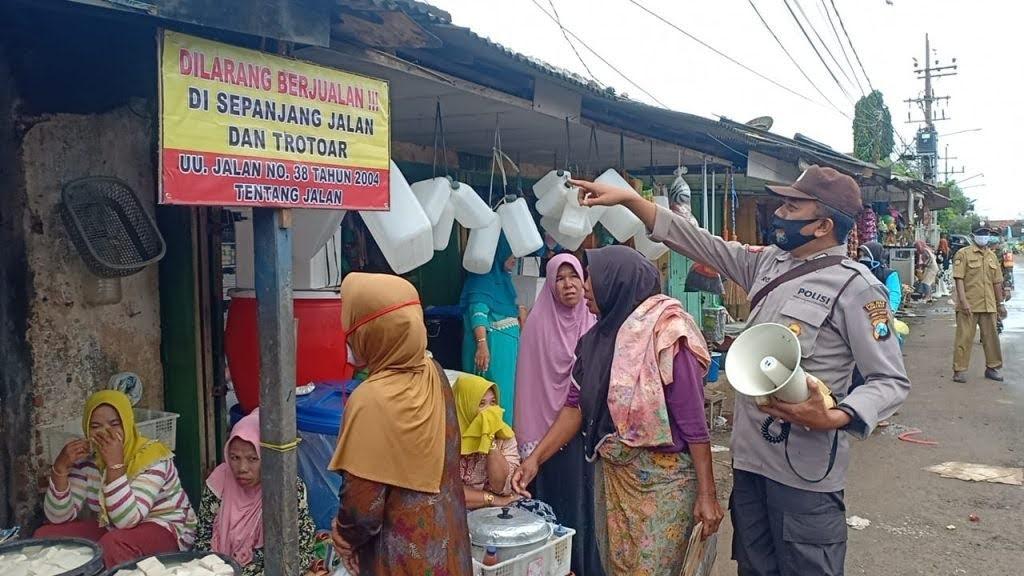 Pasar Tumpah Mengganggu Jalan Umum, Kapolsek Kangean Menertibkan Dan Terapkan Jalan Satu Arah.