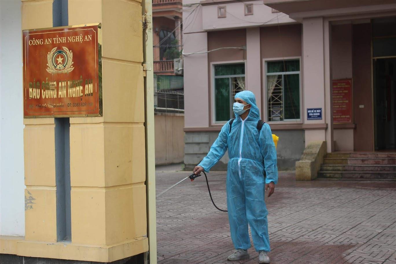 Phun hóa chất sát khuẩn