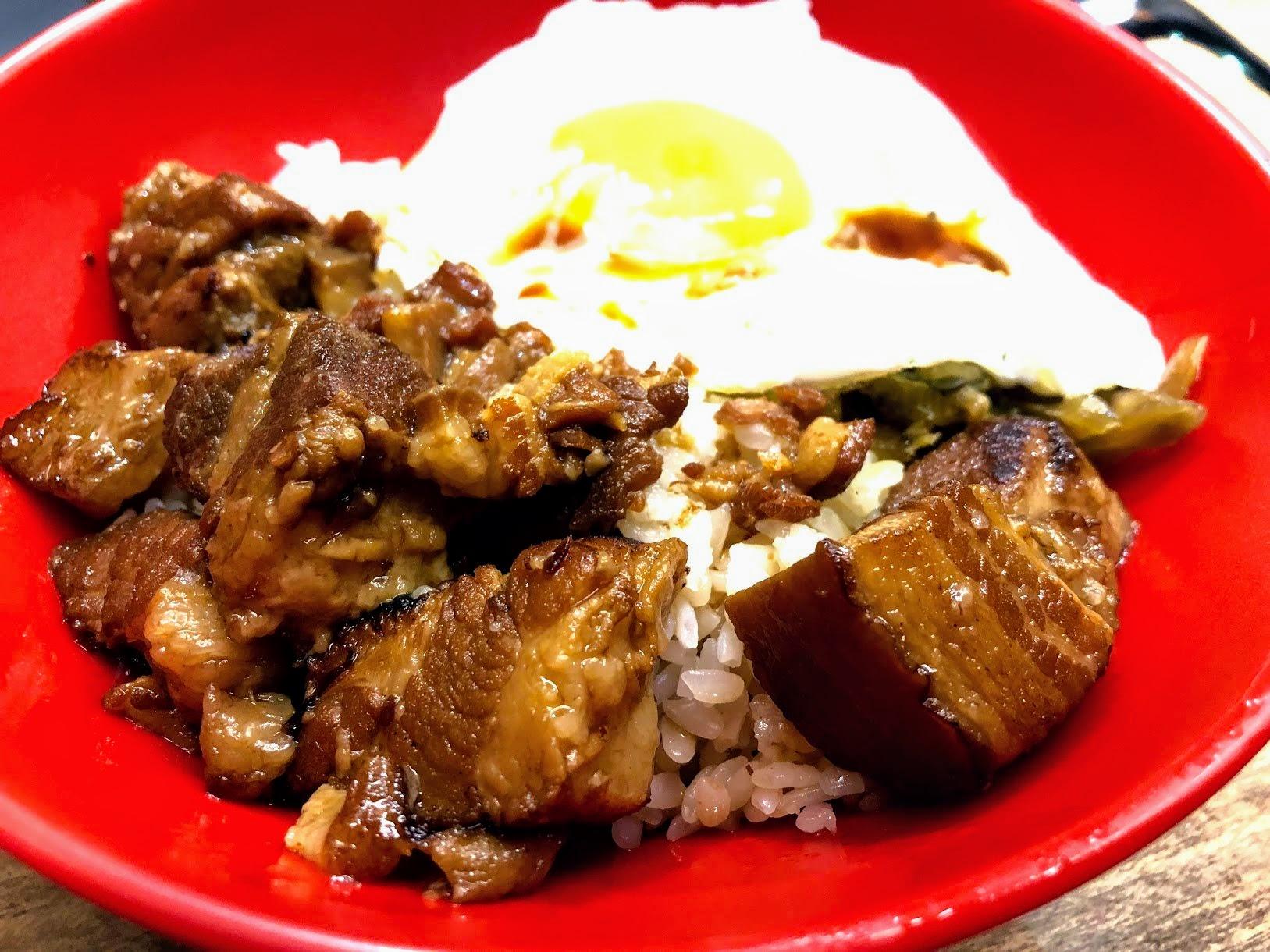 就是三層肉的滷肉啊! 搭上滷湯汁和半熟的太陽蛋,搭起來真的很開胃XD 味道帶著鹹,就是很傳統的那種鹹鹹滷肉飯