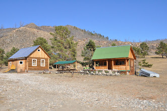 Photo: A gauche, notre (confortable) dortoir; à droite la salle à manger. Pas d'eau courante, ni de tout à l'égout. Un peu d'électricité solaire.