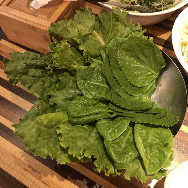 林森北超好吃的日式韓國烤肉店~  上等生三層肉(169):雖然是最普通的肉,但是我覺得就是這個簡單所以最好吃。吃起來又肥又瘦,口感很好~  羅勒三層肉(179):肉加上羅勒醬,我個人是不喜歡。  秘傳