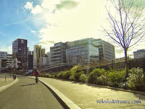 Photo: Le nouveau quartier Rive Gauche et ses architectures audacieuses et colorées -e-guide balade à vélo de Bercy Village à Notre-Dame par veloiledefrance.com
