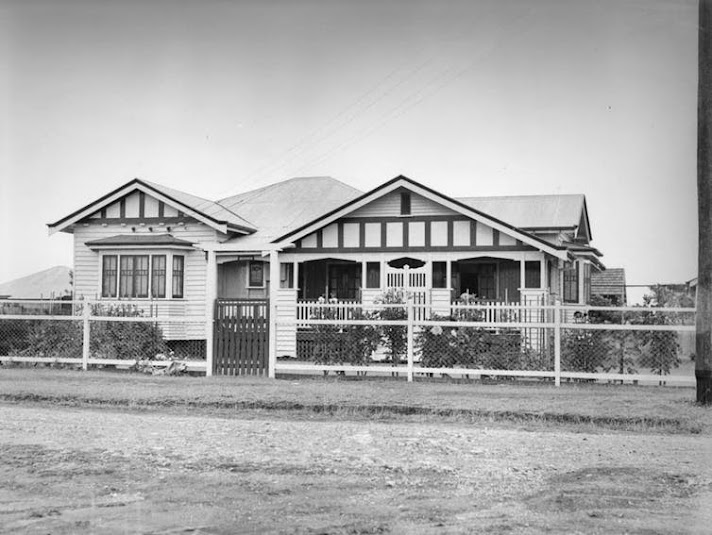 A single-storey Queenslander ca. 1935. John Oxley Library, State Library of Queensland, Wikimedia Commons