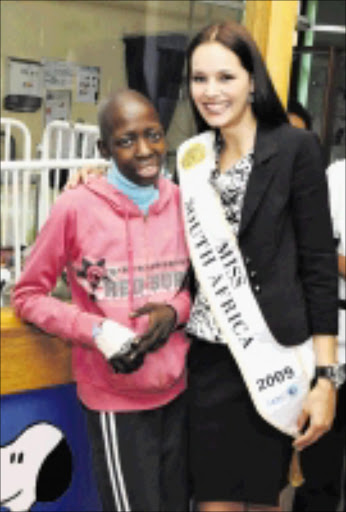 SPREADING HOPE: Miss SA Nicole Flint with cancer patient Lucy Mokgethe at the Chris Hani-Baragwanath Hospital in Soweto. PHOTO: VATHISWA RUSELO. Pic. 21/01/2010. © Sowetan.  21/01/2010 Miss SA Nicole Flint visited 18 year old cancer patient Lucy Mokgethe at Chris hani Baragwanath hospital in Soweto as part of Reach for a dream's initiative to make the dreams of terminally ill children come true.  PHOTO: VATHISWA RUSELO.