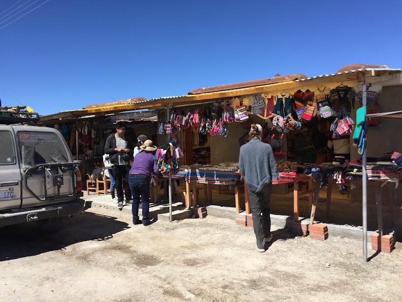 ウユニで日本人に有名な穂高ツアーでウユニ塩湖ツアー お土産屋さん