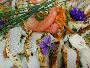 Photo: Blanc de poulet roulé farci de julienne de légumes