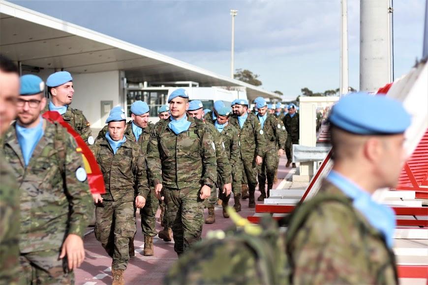 Legionarios entran en la pista del Aeropuerto de Almería