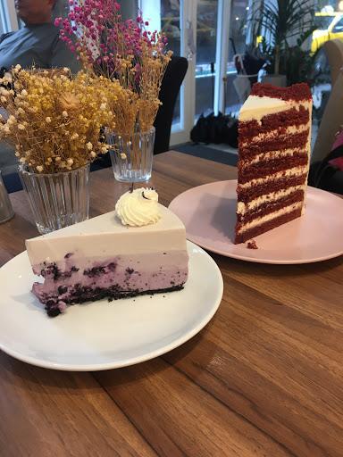 📍紅絲絨 $180 📍藍莓生乳酪 $170(有點不確定,應該沒錯) 📍伯爵鮮奶茶i $180(這個也不太確定,應該是沒錯) Sweet Tooth的蛋糕走巨大路線,如果是兩人的話點兩個可能會太多