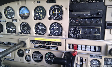 Photo: LN-BDA cockpit med nylakkert instrumentpanel.