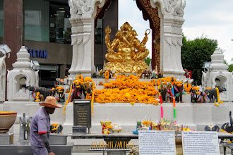 Photo: Surprising encounter with a big & golden Ganesha in front of the Bangkok ISETAN. We met familiar Indian idols in many places across Bangkok and Ayuthaya, and found that many Thai people were respecting them from their hearts. 15th September updated -http://jp.asksiddhi.in/daily_detail.php?id=302