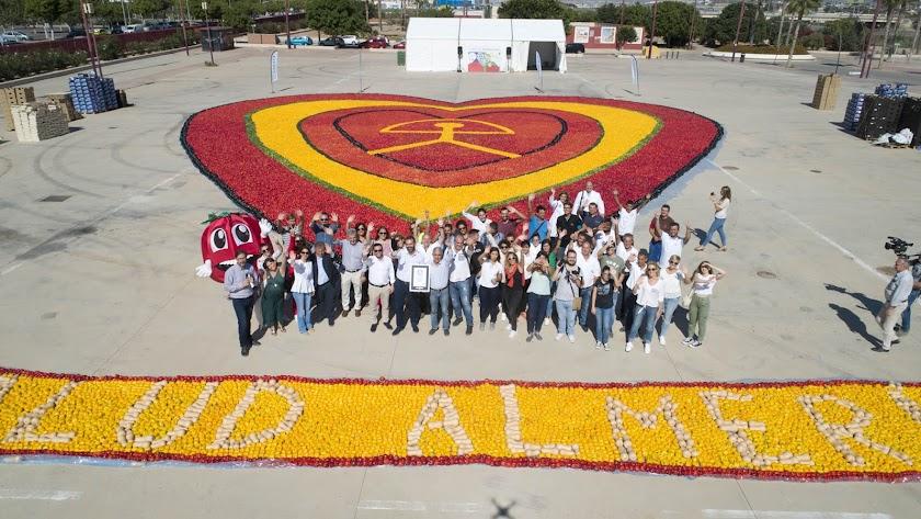 Récord Guinness en Almería con la elaboración del corazón más grande del mundo hecho con hortalizas.