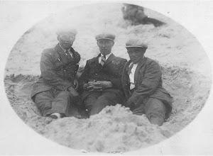 Photo: Links Huib Schong mijn vader, met kameraden, Jaap Zwart en ..Groen. Zonnen op het strand met  pet, stropdas en kostuum, lekker bruin worden, wel komisch als je dit zo ziet.