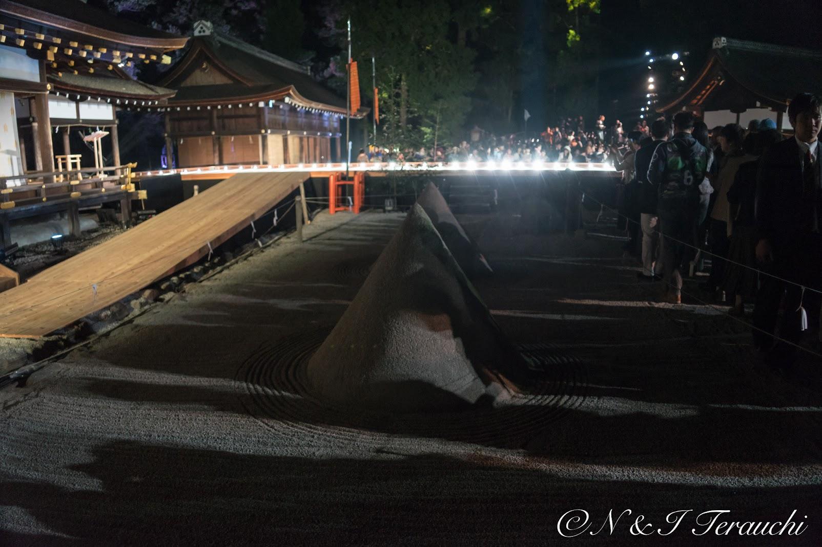細殿の前に鎮座する、賀茂別雷命が降臨したとされる神山を模す立砂