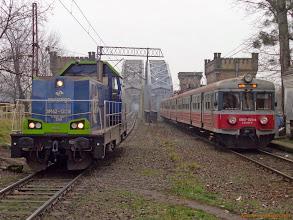 Photo: SM42-1229 i EN57-925, Toruń Wschodni - Bydgoszcz Główna {Toruń Miasto; 2013-12-20}