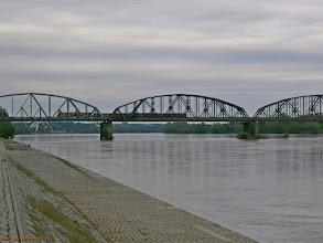 Photo: SA106-?, Chełmża - Toruń Główny, oraz EN57-?, Bydgoszcz Główna - Jabłonowo Pomorskie, na moście kolejowym {szlak Toruń Główny - Toruń Miasto; 2013-05-12}