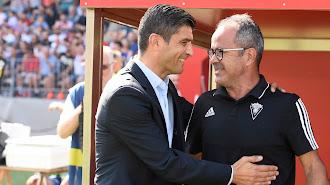 Emanuel y Cervera saludándose antes del Almería 1-2 Cádiz.