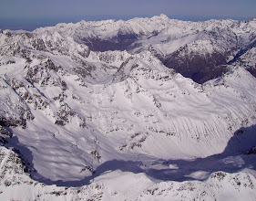 Photo: Hautes Pyrénées prés de Gavarnie: vision aérienne sur la face sud du Soum de Male 2797m (au centre). Vallée de Luz Saint Sauveur à droite, massif du pic du Midi de Bigorre à droite sur l'horizon.