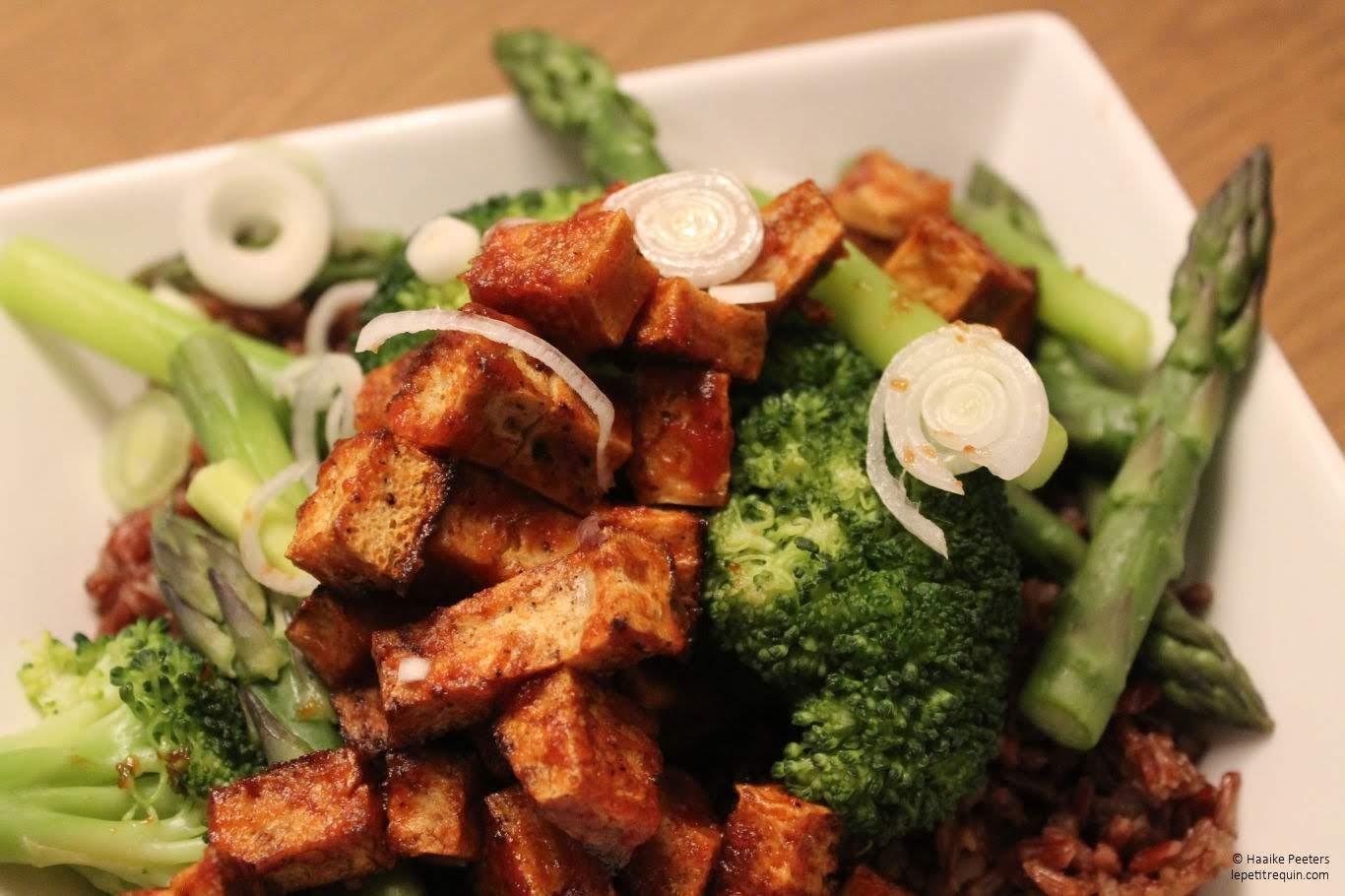 Zoetzure tofu met broccoli en asperges (Le petit requin)