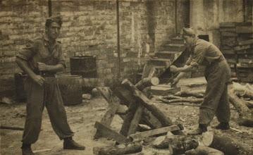 Photo: Cortando troncos. Proveedor: Virginia Ventureira. Año: 1957.