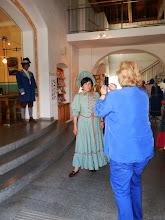 Photo: historische Gewandung der Pfarrgemeindemitglieder
