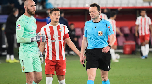 López Toca después del polémico penalti del Almería-Leganés.