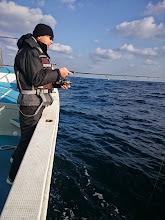 """Photo: 先週、納得のできない釣果で、今週もご乗船頂きました""""井戸さん""""フィーッシュ!・・・でしたが、ブレイク!!"""