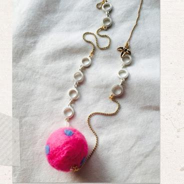 桃紅毛毛球長頸鏈