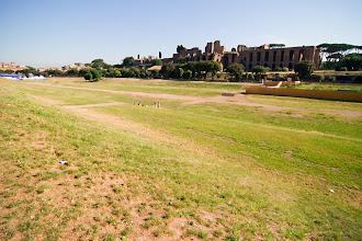 Photo: Circus Maximuksesta ei paljoa ollut enää jäljellä. Taustalla Palatinus-kukkulan palatsien raunioita.