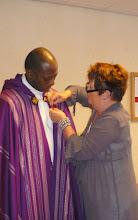 Photo: De corsage wordt opgespeld bij pastor Brighita