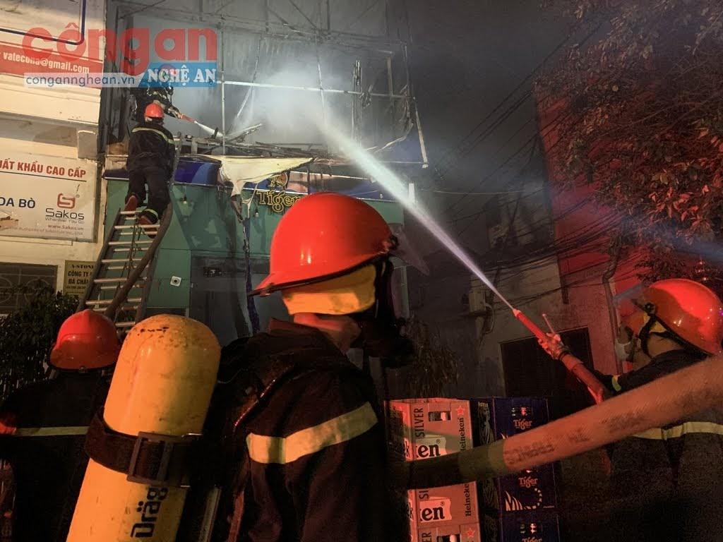 Lực lượng chữa cháy tiếp cận tầng 2 ngôi nhà.