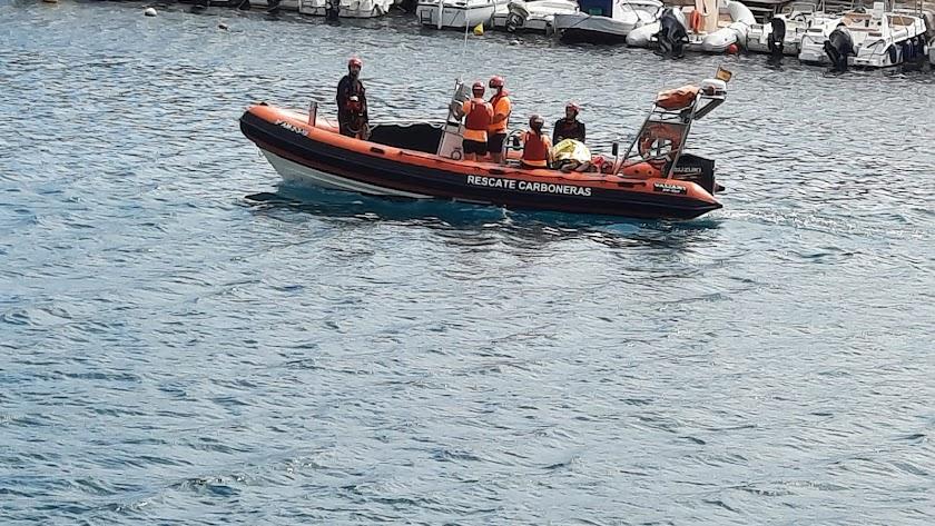 La embarcación que ha rescatado el cadáver en aguas de Carboneras.