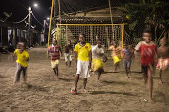 """Photo: La Selección Colombia del futuro jugando un """"picado"""" con iluminación proveniente del sistema de energía limpia; Foto: Hanz Rippe Gabriel"""