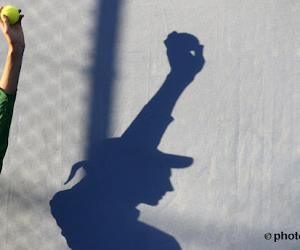 🎥 Ballenmeisje komt met schrik vrij nadat umpirestoel omwaait
