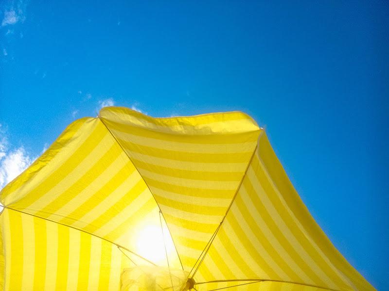 sotto l'ombrellone giallo di Contias