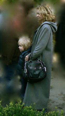 Gedenkende: Frau mit Kind.