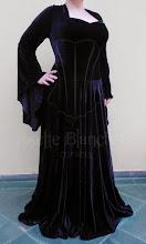 Photo: Vestido medieval em veludo cristal preto com saia godê. A partir de R$ 250,00.