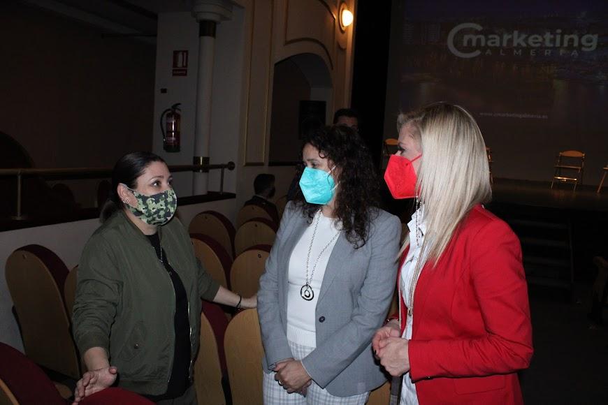Las directoras de Mercadona Almería, Conchi Parra, y Congresur, Miriam García, dialogando en el acto.