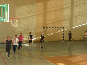 Photo: Entrenant abans del partit de volley