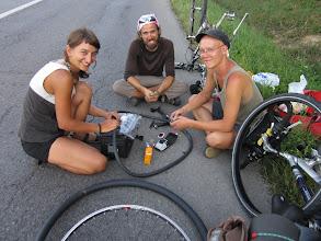 Photo: ok 20 km en 5h00! Et la 6ieme crevaison de la journée! en companie de maja et paul.