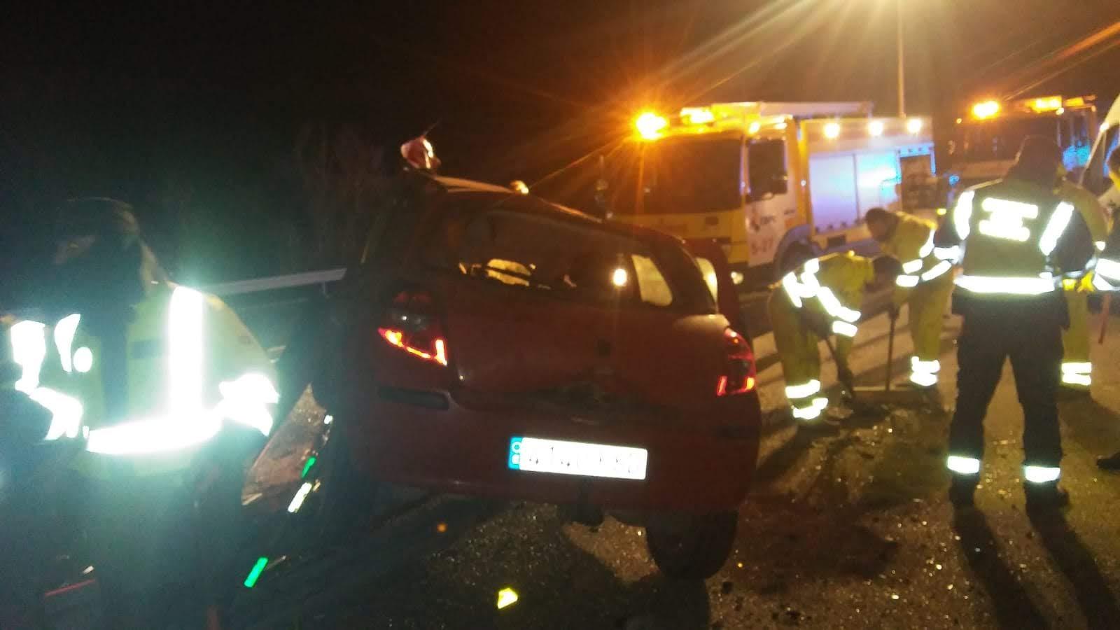 Rescatan al conductor de un vehículo en un accidente en San Roque
