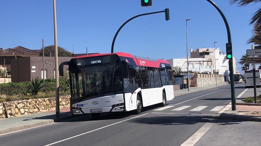 Autobús urbano circulando por Almería capital.