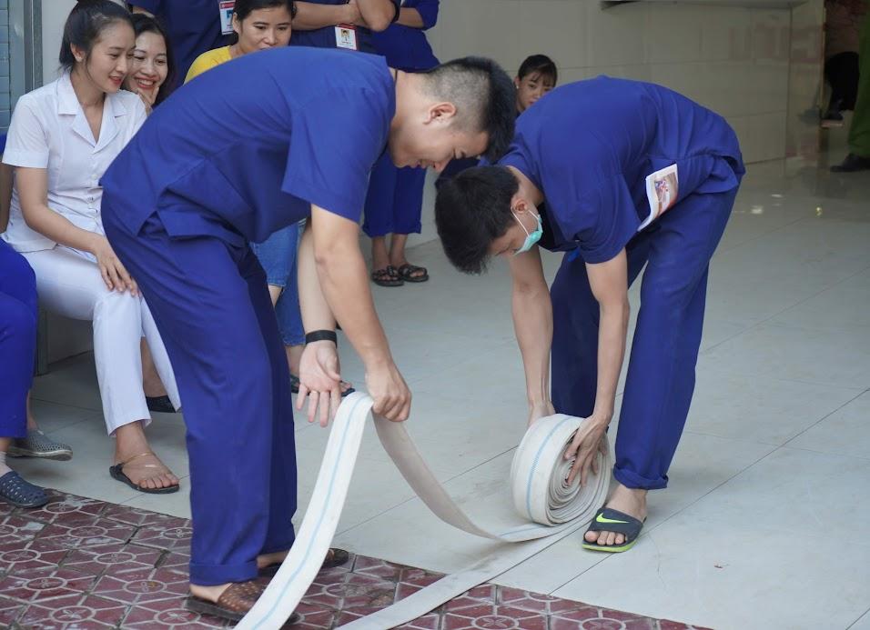 Hướng dẫn nhân viên Bệnh viện cách sử dụng lăng, vòi chữa cháy